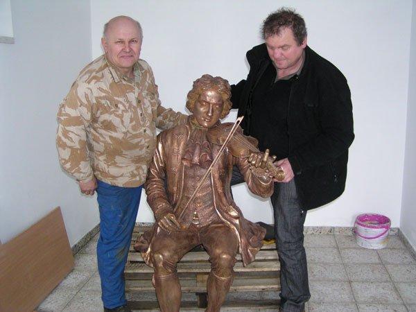 Artyści z prawej Marek Szala wykonał postać Telemanna z lewej Kazimierz Polak wykonał ławeczkę